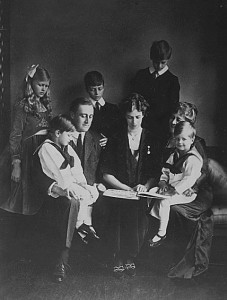 Franklin and Eleanor Roosevelt with their children in 1919